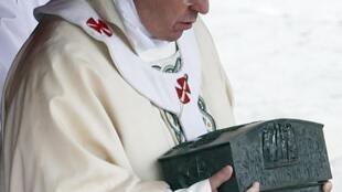 Papa Francisco segura caixa de bronze com fragmentos de ossos que pertencem supostamente a São Pedro.
