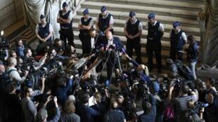وکیل صلاح عبدالسلام، اِسوِن مَری، اظهار داشت که با وجود آنکه یک دادگاه بلژیکی حکم محکومیت عبدالسلام را صادر کرده، اجرای مجازات او در فرانسه بر بلژیک مقدم است و بازداشت موقت وی در فرانسه بدون در نظر گرفتن حکم دادگاه بلژیک ادامه خواهد داشت.
