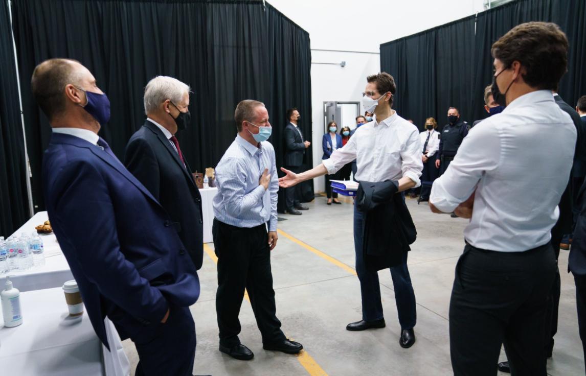 加拿大外长马克·加诺(左二)与两个迈克尔资料图片