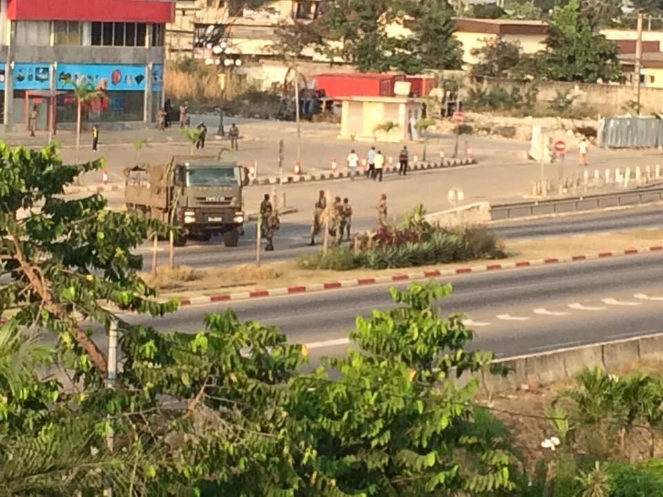 Les soldats patrouillent dans une rue à proximité du siège de campagne de l'opposition à Libreville, le 31 août 2016.