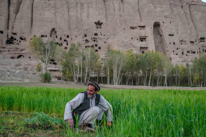 Un hombre de la minoría hazara cultiva su campo en Bamiyan, en el centro de Afganistán, el 2 de octubre de 2021
