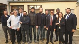 El viceprimer ministro italiano Luigi Di Maio publicó en su cuenta Twitter esta foto con 'chalecos amarillos' en la región parisina.