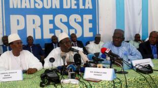 Soumaïla Cissé (C), leader de l'opposition, donne une conférence de presse avec les autres candidats à la présidentielle sortis au premier tour de l'élection, à Bamako, le 6 août 2018.