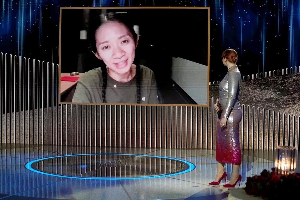 La réalisatrice Chloé Zhao lors de la remise du Golden Globe pour le Meilleur film dramatique pour « Nomadland ».  © Peter Kramer/NBC Handout