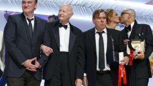 Le réalisateur Quentin Tarantino, le président du Festival Gilles Jacob, Timothy Spall, meilleur interprête masculin, l'actrice Uma Thurman et scénariste Bruce Wagner qui a représenté Julianne Moore, prix de la meilleure actrice lors du palmarès 2014.