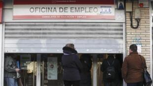 Espanhóis aguardam, nesta terça-feira, a abertura de uma agência de emprego em Madri.