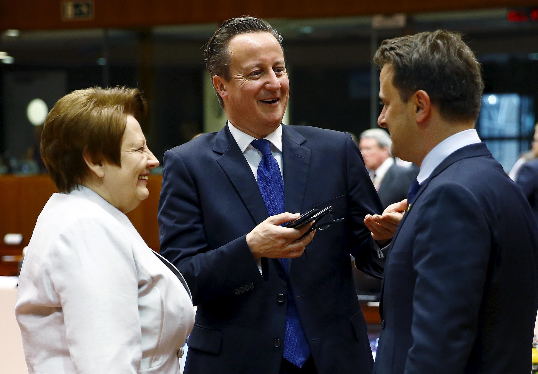Премьер-министр Латвии Лаймдота Страуюма (слева), премьер-министр Великобринаии Дэвид Кемерон (в центре) и премьер-министр Люксембурга Ксавье Беттель (справа), Брюссель, 26 июня 2015.
