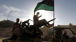 Militares libaneses se dirigen hacia barracones militares tomados por una milicia, en Trípoli, este 23 de septiembre de 2012.