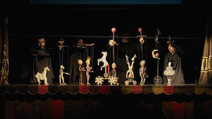 « Ramona », de Rezo Gabriadze, spectacle de marionnettes en géorgien et en russe surtitré en français, présenté au Festival d'Avignon.