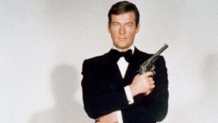 راجر مور در نقش جیمز باند