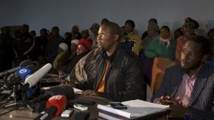 Mandla Mandela, ao centro, conversa com jornalistas em Mvezo, nesta quarta-feira (04)