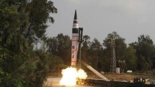 Запуск Агни-5, баллистической ракеты средней дальности, способной нести ядерную боеголовку, в Индии 19 апреля 2012 г.