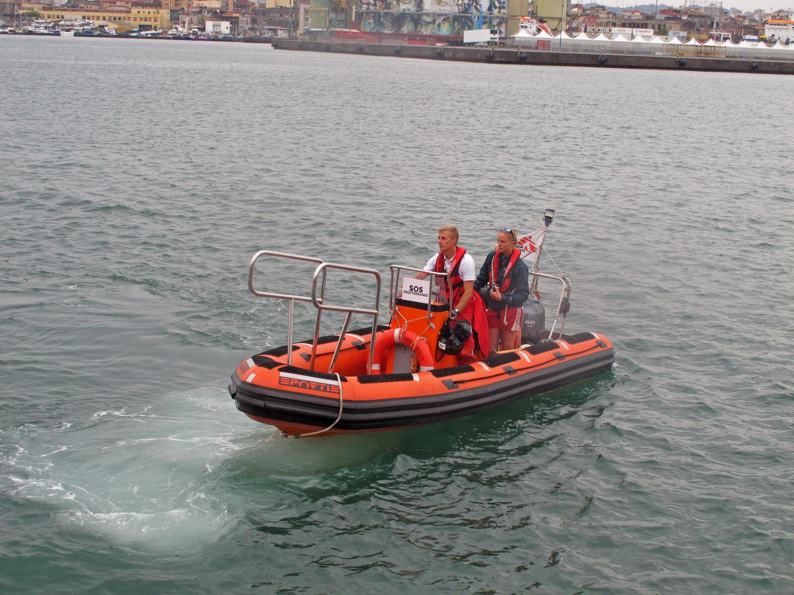 Mary Finn et Antoine Laurent vérifient le bon fonctionnement des canots de sauvetage.