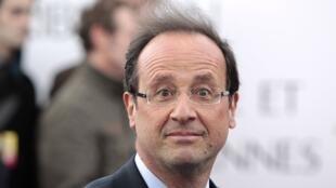 Сатирический еженедельник Canard Enchaîné опубликовал заметку, в которой говорилось, что личный парикмахер Франсуа Олланда получает 9895 евро в месяц, без учета налогов и социальных выплат.