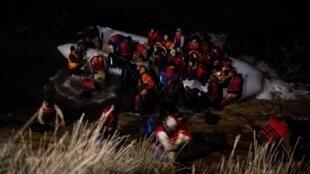 Des réfugiés afghans accostent sur l'île de Chios, en Grèce. (Image d'archives)