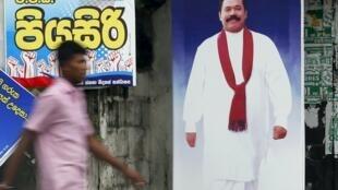 Huit mois après son éviction de la présidence, Mahinda Rajapakse a perdu son pari de revenir au pouvoir en Premier ministre.