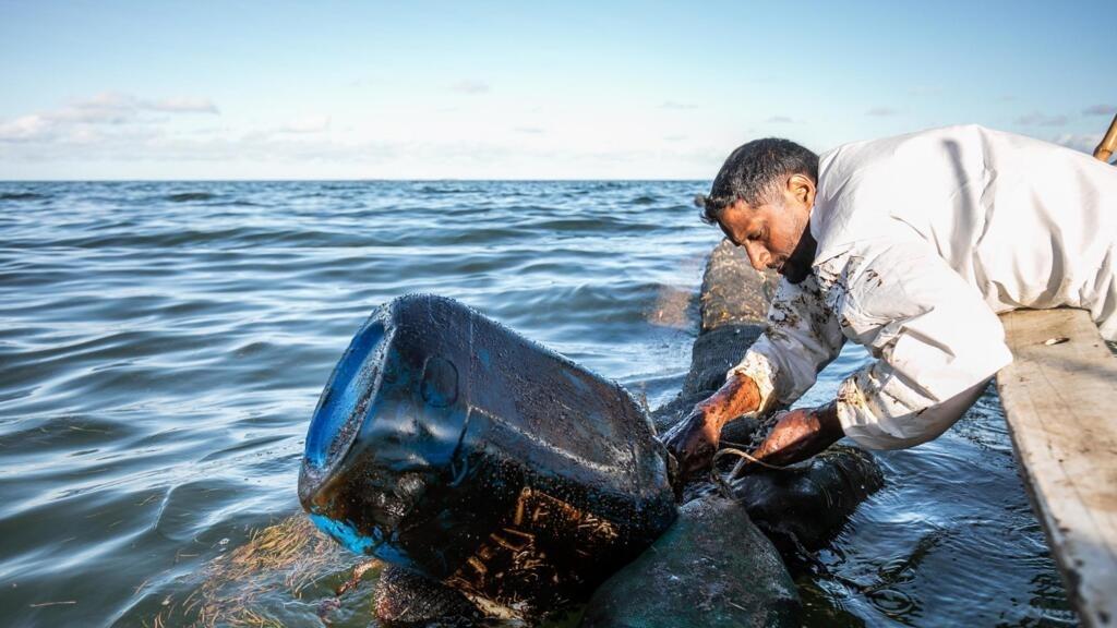 Marée noire à Maurice: les réservoirs sont désormais vides mais la lutte continue