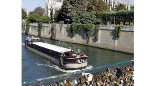 Вид на Собор Парижской Богоматери с Архиепископского моста