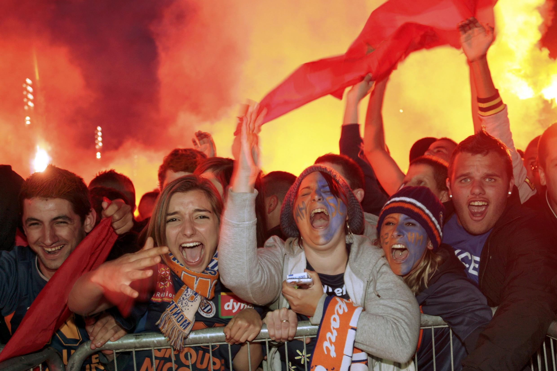 Эти болельщики следили за матчем на гигантском телеэкране на центральной площади города Монпелье, 21 мая 2012 года