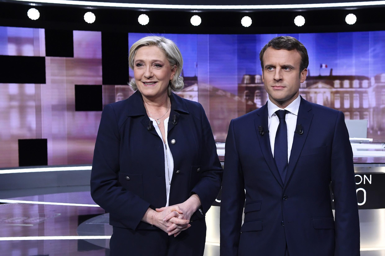 Ứng cử viên tổng thống Pháp 2017: Emmanuel Macron (P) và Marine Le Pen chụp ảnh chung trước khi bước vào cuộc tranh luận trên truyền hình ngày 03/05/2017.