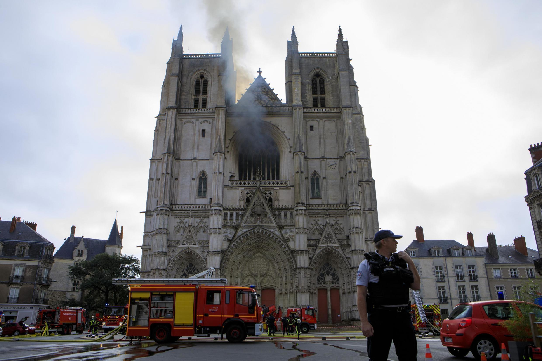 L'incendie qui s'est déclaré samedi 18 juillet dans la cathédrale de Nantes a détruit des vitraux et des objets d'art, dont le grand orgue.