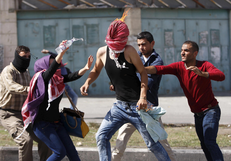 巴勒斯坦青年向以色列士兵投掷燃烧瓶