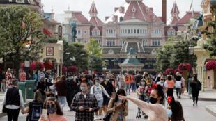 Công viên giải trí Disneyland Paris mở cửa trở lại ngày 22/07/2020. Khách tham quan phải đeo khẩu trang và tuân thủ giãn cách xã hội.