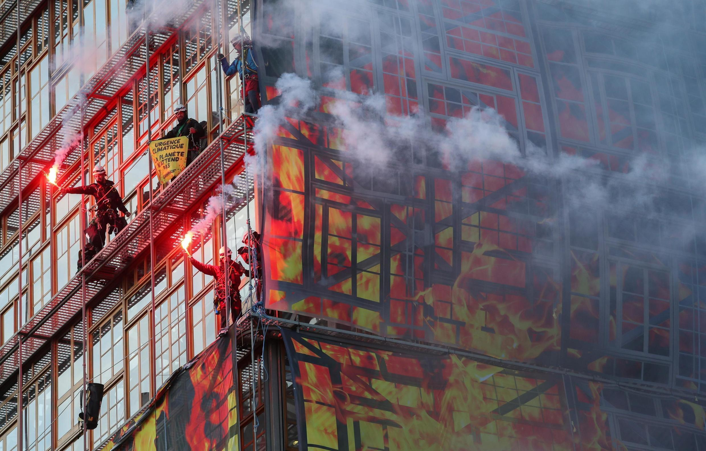 Активисты Greenpeace забрались на стены здания Евросовета, развернули плакат с надписью «Климатическая скорая помощь» и зажгли файеры.