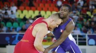 Mélonin Noumonvi (d), champion du monde de lutte.