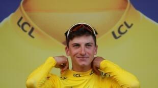 """El italiano Giulio Ciccone se confirma en el """"Tour"""" tras fundarse el maillot amarillo al quedar segundo en la meta de la Planche de Belles Filles, primera llegada en alto del Tour de Francia 2019."""