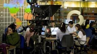 Des journalistes sur un plateau de télévision de la chaîne vénézuelienne Globovision.
