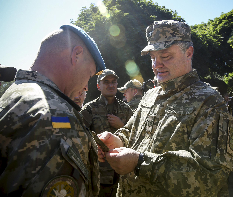 O presidente ucraniano, Petro Porochenko, (dir.) em um encontro com paraquedistas na região de Donetsk, na Ucrânia, em imagem de 2 de agosto de 2015.