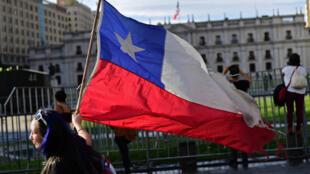 Des manifestants devant le palais présidentiel de La Moneda, le 21 octobre 2019 à Santiago du Chili.