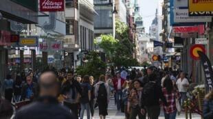 La foule se balade dans les rues de Stockholm, le 2 mai 2020, pendant l'épidémie de coronavirus.