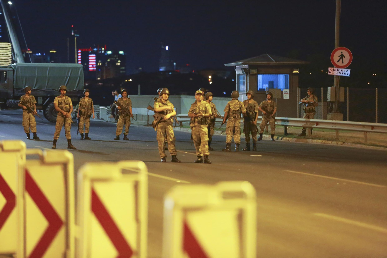 Militares bloquearam um das pontes sobre o rio Bósforo, na Turquia