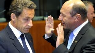 O presidente francês, Nicolas Sarkozy, e o presidente da Romênia, Traian Basescu, na Reunião dos Chefes de Estado em Bruxelas.