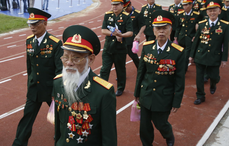 Cựu chiến binh Việt Nam tới dự lễ kỷ niệm 60 năm chiến thắng Điện Biên Phủ, ngày 07/05/2014.