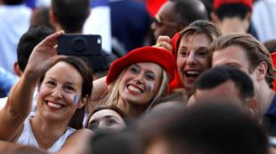 法国夺得世界杯冠军,巴黎香榭丽舍大道沸腾的人群。