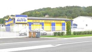 Garagem onde o bebê de cerca de dois anos era mantido dentro do porta-malas de um carro, na França.