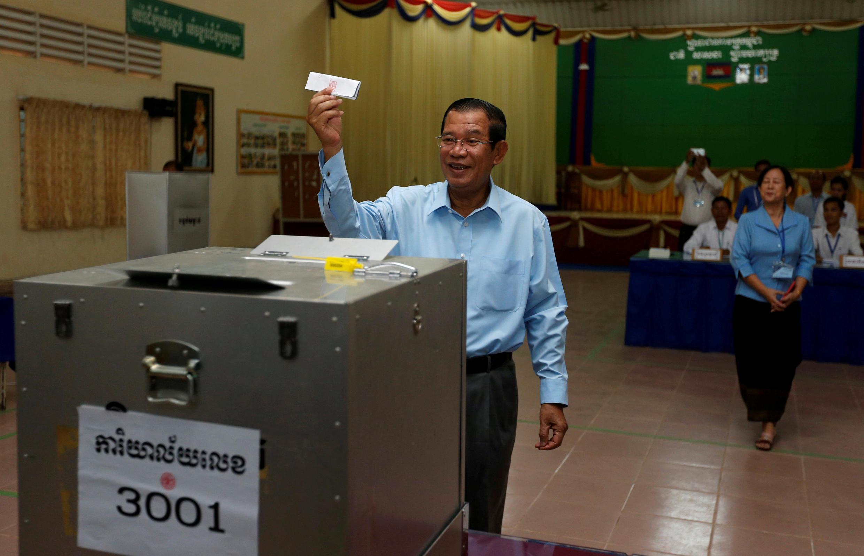 Thủ tướng Hun Sen, chủ tịch đảng Nhân Dân Cam Bốt đi bỏ phiếu bầu Thượng Viện, tại Takhmao, tỉnh Kandal, ngày 25/02/2018