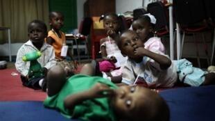 Des enfants devant être accueillis en France pour être adoptés, à l'hôpital français de Port-au-Prince le 21 janvier 2010.