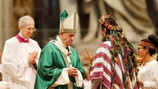 El Papa Francisco dirige una Misa para cerrar un sínodo de tres semanas de obispos amazónicos en el Vaticano, el 27 de octubre de 2019.