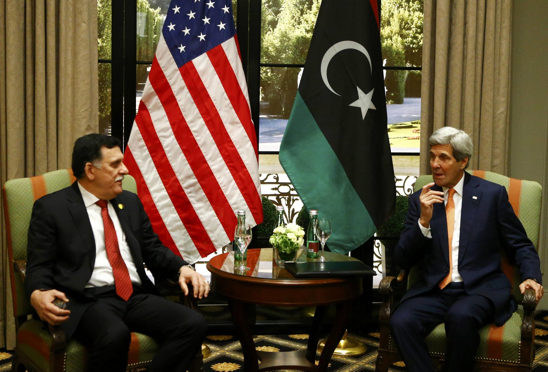 Le Premier ministre du gouvernement d'union nationale libyen Fayez al-Sarraj et le secrétaire d'Etat américain John Kerry, à Vienne, le 16 mai 2016.
