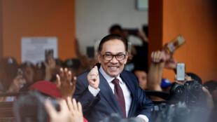 លោក Anwar Ibrahim ពេលចេញពីមន្ទីរពេទ្យ ក្រុងកូឡាឡំពួរ។ ថ្ងៃទី១៦ ឧសភា ២០១៨