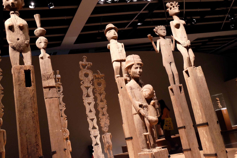 Vue sur les poteaux funéraires malgaches dans l'exposition « Madagascar, arts de la Grande Île » au musée du Quai Branly.