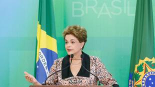 Presidente fala a correspondentes estrangeiros, em Brasília, e denuncia ser vítima de sexismo.