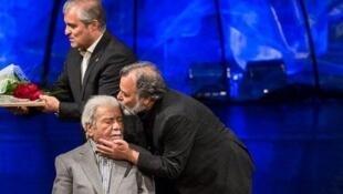 نصرت الله وحدت بازیگر و کارگردان سینما وتئاتر پیش از انقلاب ایران، شامگاه سه شنبه ١۵ مهر، در اثر ابتلا به بیماری ذات الریه، در سن ۹٥ سالگی از دنیا رفت.