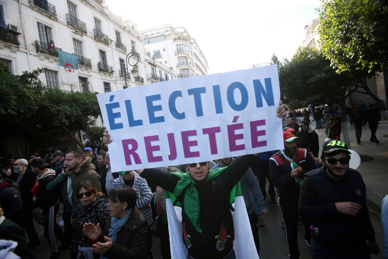 در الجزایر، جنبش اعتراضی مردم برگزاری انتخابات را رد میکند و مشروعیت رئیس جمهوری تازه را به رسمیت نمیشناسد