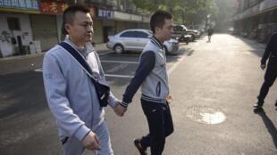 Sun Wenlin và Hu Mingliang trên đường đến tòa án ở Trường Sa, Hồ Nam, Trung Quốc, ngày 13/04/2016.