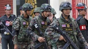 Quân đội tuần hành trên đường phố Bangkok. Ảnh ngày 18/06/2014.